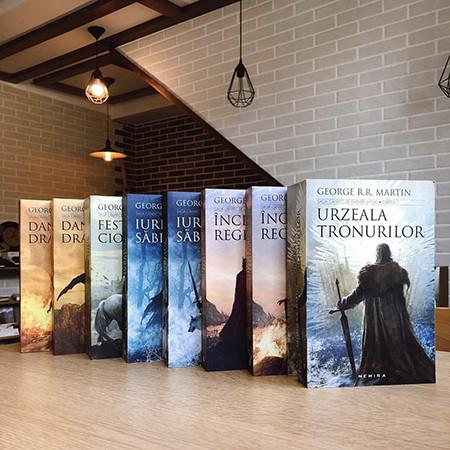 Pachet Promoțional de 8 cărți: Urzeala Tronurilor (Vol. 1-5)